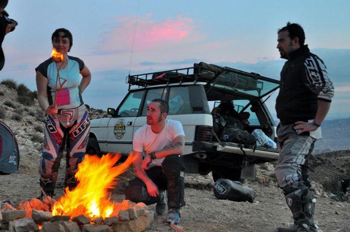 in Tunisia intorno al fuoco con gli amici di Stepsover